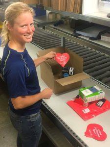 Jennifer Pothmann, Lagermitarbeiterin bei craft-sports.de, legt einer Paket-Sendung den Flyer bei, der auf die Aktion aufmerksam macht und zur Spende aufruft. Das Unternehmen verschickt rund 250 Pakete täglich deutschlandweit.